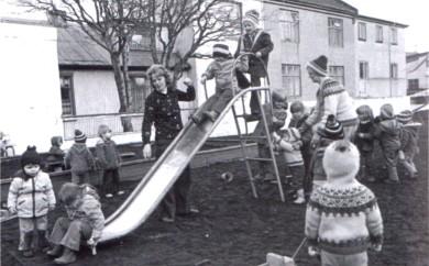 Leikvöllurinn við Grettisgötu eins og hann var um 1975 áður en hann var lagður niður og bifreiðastæði gert á svæðinu. Þarna var fyrsti völlur í Reykjavík ætlaður börnum til leika, gerður 1915 af Kvenréttindafélaginu og síðar afhentur bæjaryfirvöldum.