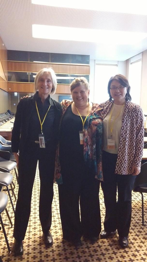 Aase Smedler, Brynhildur Heiðar- og Ómarsdóttir og Bolor Legjeem, í fundarsal nefndar um Kvennasáttmála Sameinuðu þjóðanna, Genf 2016.